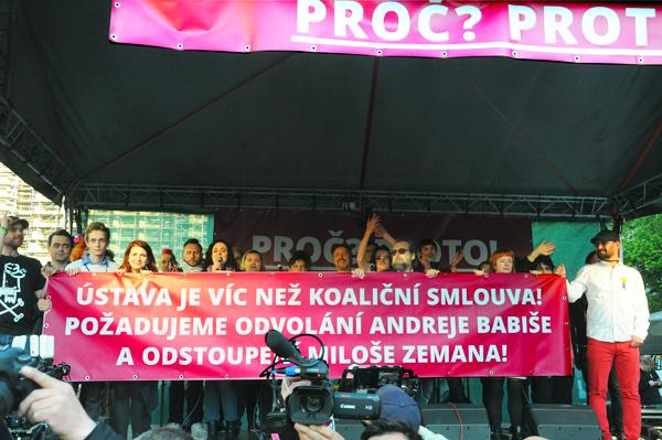 Bývalý funkcionář KSČ Ing.Tomáš Hradílek provokuje! ... a PROTEST (i krize) POKRAČUJE.